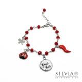 Bracciale stile rosario con cristalli rossi e ciondoli portafortuna