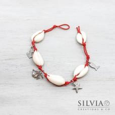 Bracciale elastico rosso con conchiglie e charms in acciaio a tema mare