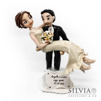 Cake topper matrimonio con sposa in braccio allo sposo