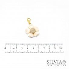 Charm fiore bianco e beige con moschettone