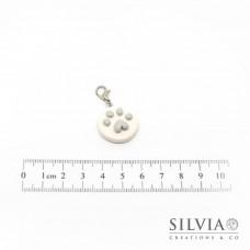 Charm zampa grigia su disco bianco con moschettone