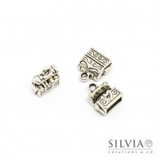 Charm a forma di cassa del tesoro color argento antico in zama 11x10 mm