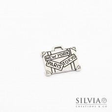 Charm a forma di valigia color argento antico in zama 16x14 mm