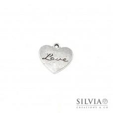Charm a forma di cuore con scritta love argento antico in zama 21x20 mm