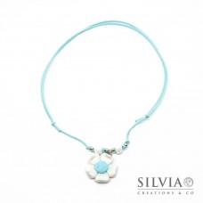 Collana cordino cerato con fiore bianco e azzurro