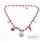 Collana stile rosario con cristalli rossi e ciondoli portafortuna