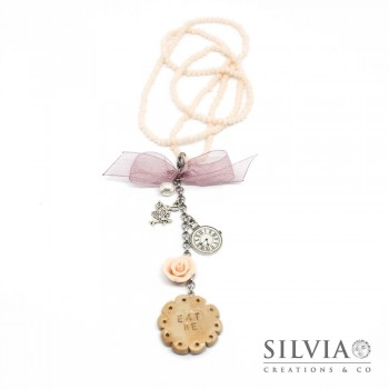 "Collana lunga a tema Alice con cristalli, biscotto ""eat me"" e charms"