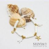 Bracciale cordino con perline heishi bianche e charms a tema mare color oro