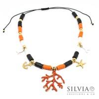 Collana cordino con perline heishi bianche arancio nere charms e rametto corallo