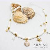 Collana cordino con perline heishi bianche e charms a tema mare color oro