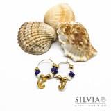 Orecchini a cerchio in acciaio color oro con perline heishi bianche blu e ancora