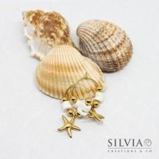 Orecchini a cerchio in acciaio color oro con perline heishi bianche e stella marina