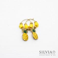 Orecchini a cerchio in acciaio color oro con perline heishi gialle e ananas