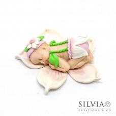 Miniatura bimba addormentata su fiore