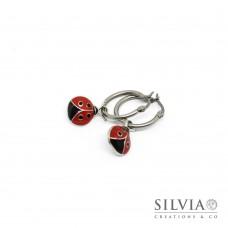 Orecchini pendenti con cerchio in acciaio e coccinella rossa smaltata