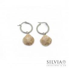 Orecchini pendenti con cerchio in acciaio e conchiglia beige e argento