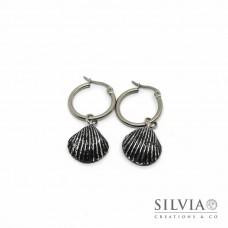 Orecchini pendenti con cerchio in acciaio e conchiglia nera e argento