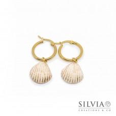 Orecchini pendenti con cerchio in acciaio e conchiglia bianca e oro