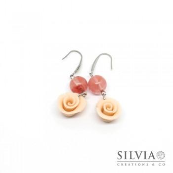 Orecchini pendenti con rosa e perla in pietra dura color rosa