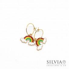 Orecchini a cerchio in acciaio color oro con arcobaleno