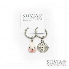 Orecchini a cerchio in acciaio a tema Alice con bianconiglio e orologio