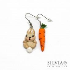 Orecchini pendenti con coniglio beige e carota