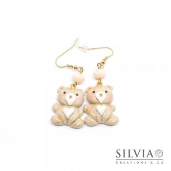 Orecchini pendenti con orsetto beige e cuore bianco