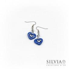 Orecchini pendenti con cuore blu medio