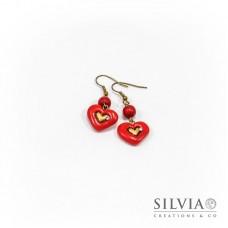 Orecchini pendenti con cuore rosso medio