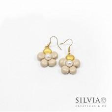 Orecchini pendenti con fiore beige e perla bianca grande