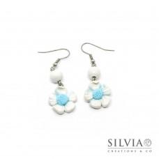 Orecchini pendenti fiore bianco e azzurro con perla in legno