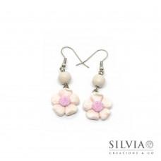 Orecchini pendenti fiore bianco e rosa con perla in legno