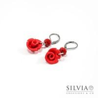 Orecchini pendenti con rosa rossa e base acciaio