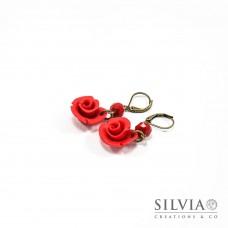 Orecchini pendenti con rosa rossa e base bronzo