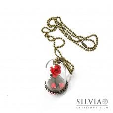 Collana rosa rossa sotto campana di vetro catena bronzo
