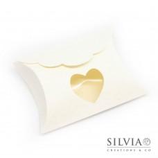 Busta bianca effetto matelasse' con merletto e finestra a cuore da 80x85x30mm