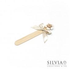 Segnalibro paletta di legno con fiore bianco e beige